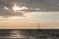 Yacht im Meer am Sonnenuntergang Lizenzfreie Stockbilder