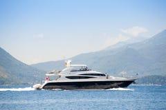 Yacht im Meer um die Insel Lizenzfreie Stockfotos