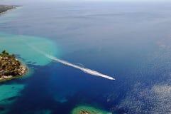 Yacht im Ozean Stockbild