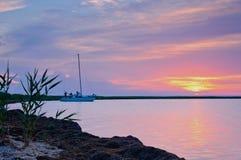 Yacht im Sonnenuntergang Stockbild
