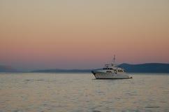 Yacht im Sonnenuntergang Stockfotos