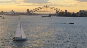 Yacht im Sonnenuntergang in Sydney Harbour lizenzfreies stockfoto