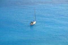 Yacht im tiefen blauen Meer Lizenzfreies Stockfoto