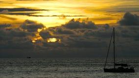 Yacht im tropischen Meer bei drastischem Sonnenuntergang stock video footage