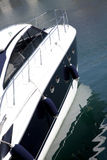 Yacht im Wasser lizenzfreie stockbilder