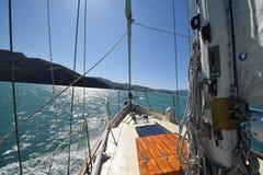 Yacht im Wasser vor Neuseelands Südinsel Stockfotos