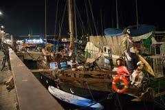 Yacht insolito all'ancora in Giaffa, Israele fotografie stock libere da diritti