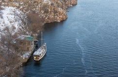 Yacht isolé un ancrage d'hiver photo stock