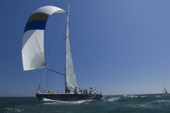 Yacht konkurriert in Team Sailing Event Stockbild