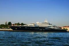 Yacht luxueux dans le port Images libres de droits