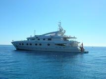 Yacht luxueux en mer bleue Photographie stock