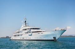 Yacht méga de moteur sur l'océan bleu Photographie stock libre de droits