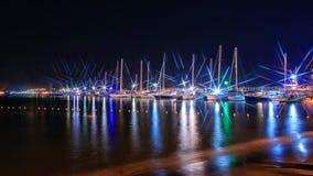 Yacht in mare alla notte il pilastro Fotografie Stock Libere da Diritti