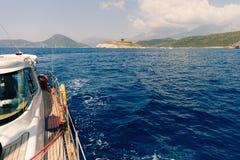 Yacht in mare con la bella vista Fotografia Stock