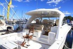 Yacht med en fiskestol. Internationell båtmässa 2013 för fristadliten vik Royaltyfri Bild