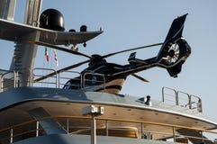 yacht med helikoptern Royaltyfria Bilder