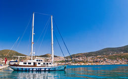 Yacht by Mediterranean beach Royalty Free Stock Photos