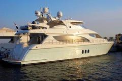 Yacht mega su un tramonto Immagine Stock