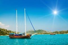 Yacht meravigliosi nella baia e nei raggi di sole. Immagini Stock