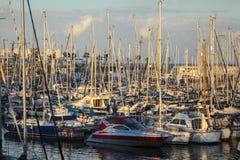 Yacht messi in bacino al porticciolo di porto Olmpic, Barcellona, Spagna fotografia stock libera da diritti