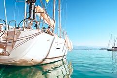 Yacht messo in bacino nel porticciolo Immagine Stock