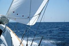 Yacht mit dem Horizont des Meeres lizenzfreie stockbilder