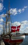 Yacht mit dänischer Flagge Stockfotografie
