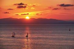 Yacht mit goldenem Sonnenuntergang Stockfotos