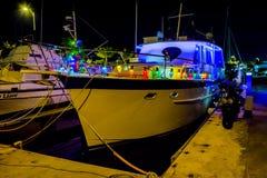 Yacht mit Weihnachtslichtern lizenzfreie stockfotografie
