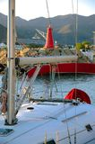 Yacht moderne dans le port Photo stock