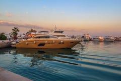 Yacht moderni di Hurgada Egitto ai nuovi pilastri del porticciolo Fotografie Stock Libere da Diritti