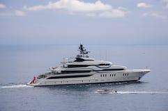 Yacht moderno che gira sul mare adriatico Immagini Stock Libere da Diritti