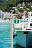 Yacht moderno parcheggiato in porto Immagine Stock Libera da Diritti