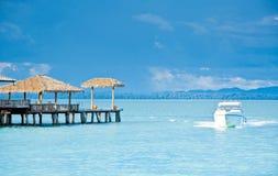 Yacht nära den tropiska ön Arkivbild