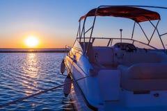 Yacht nära pir mot solnedgång fotografering för bildbyråer