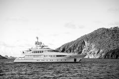 Yacht na costa de mar no céu azul ensolarado no gustavia, stbarts Aventura da vela e da navigação Curso e viagem luxuosos sobre fotografia de stock royalty free