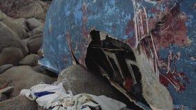 Yacht nach dem Abbruch geworfen auf die Steine stock video footage