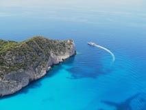 Yacht nahe dem Felsen Stockbild