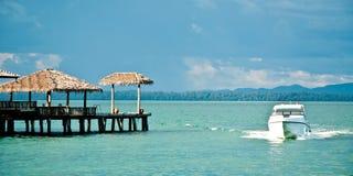 Yacht nahe Insel Lizenzfreies Stockfoto