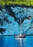 Yacht a navigação por penhascos Fotos de Stock Royalty Free
