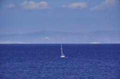 Yacht naviguant au-dessus des mers grecques Photo stock