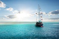 Yacht near island Royalty Free Stock Photography