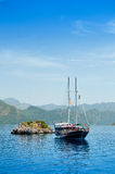 Yacht near a small island Royalty Free Stock Photos
