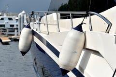 Yacht neben Bank des Hafens Stockfotografie
