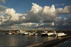 Yacht nel mare al pilastro fotografia stock