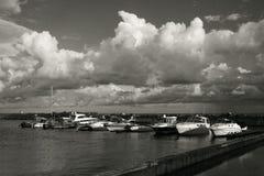 Yacht nel mare al pilastro fotografie stock