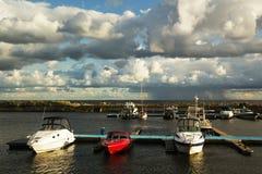 Yacht nel mare al pilastro fotografie stock libere da diritti