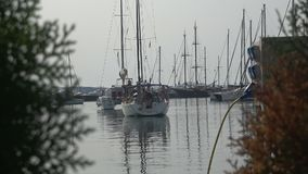Yacht nel porticciolo video d archivio