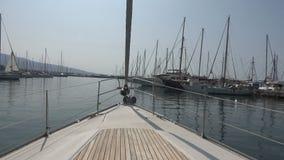 Yacht nel porticciolo POV video d archivio