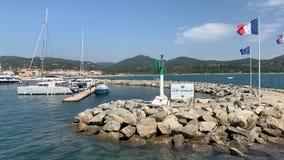 Yacht nel porto di Grimaud video d archivio